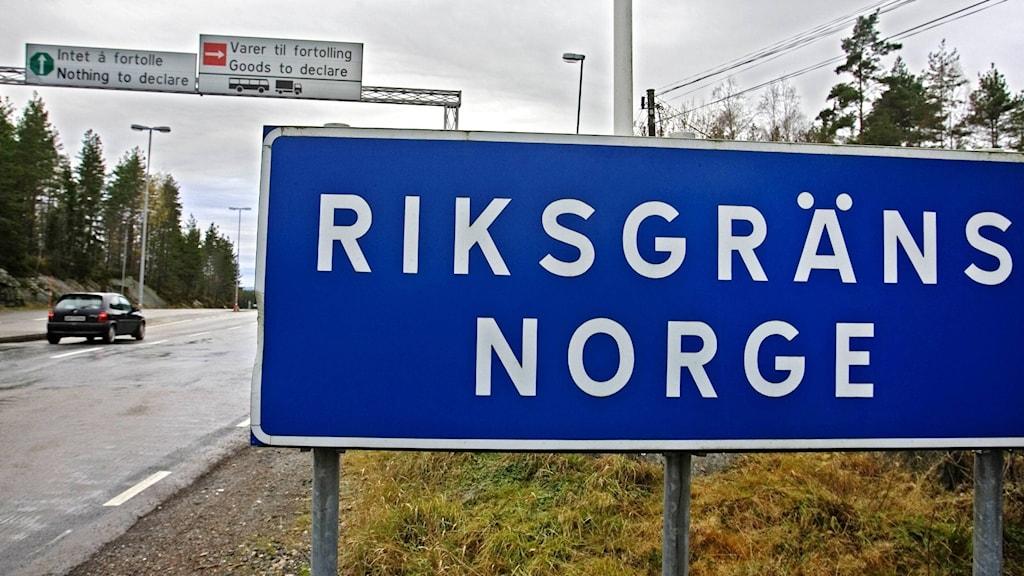 Skylt som visar att du är vid riksgränsen. Foto:  Grundseth, Dag W./NTB scanpix