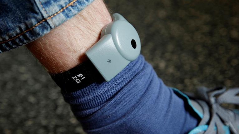 Electronic ankle bracelets are an alternative to prison.