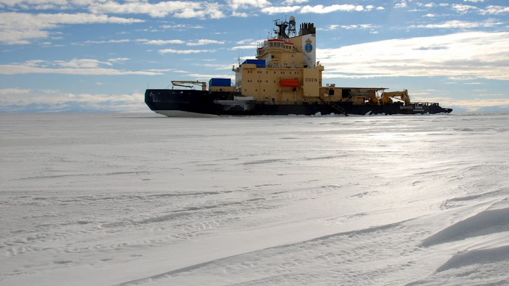Forskningsfartyget isbrytaren Oden tar sig fram genom Arktis is. Foto Sjöfartsverket