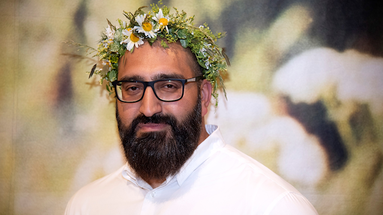 Hamid Zafar wearing a midsummer crown for his Sommar show.