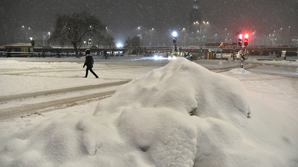 A pile of snow in a nighttime cityscape.