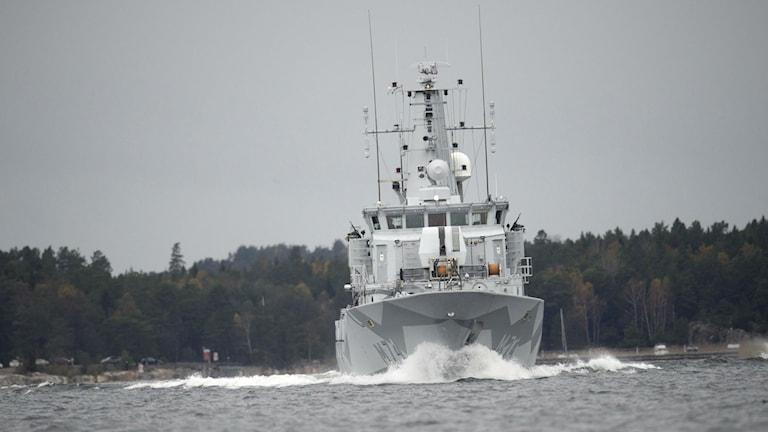 The minesweeper HMS M74 Kullen in Stockholm's Nämdöfjärden on Tuesday. Photo: Fredrik Sandberg / TT.