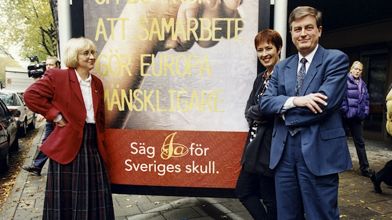 """Social Democrat leaders, left to right, Ines Uusman, Mona Sahlin and Mats Hellström show off their """"yes"""" campaign ad for the EU referendum in late October 1994. File photo: Tobias Röstlund / TT."""