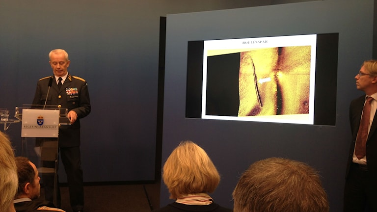 Göranson shows an image of what he says are tracks of the submarine on the sea floor. Photo: Frank Radosevich / Radio Sweden