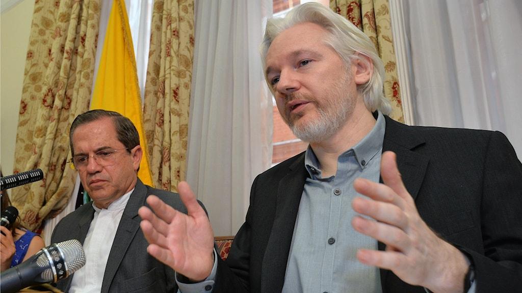 Julian Assange and the Ecuadorean Foreign Minister. Photo: AP Photo / John Stillwell/TT