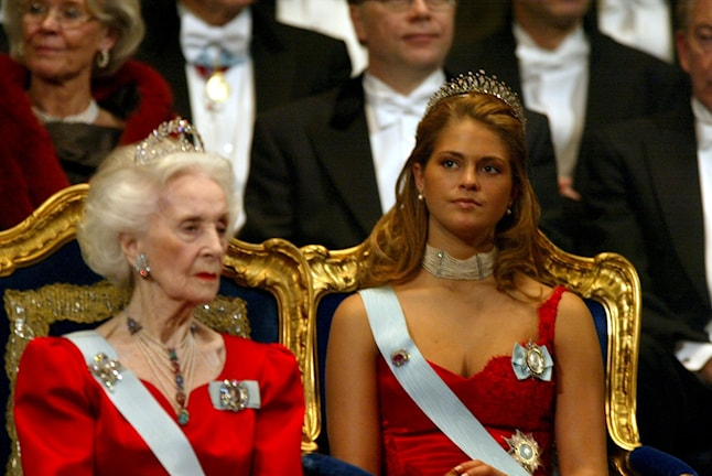 Princess Madeleine in that dress, at the Nobel Award Ceremony in 2002. (Princess Lilian in the foreground). Photo: Jonas Ekströmer/Scanpix/TT