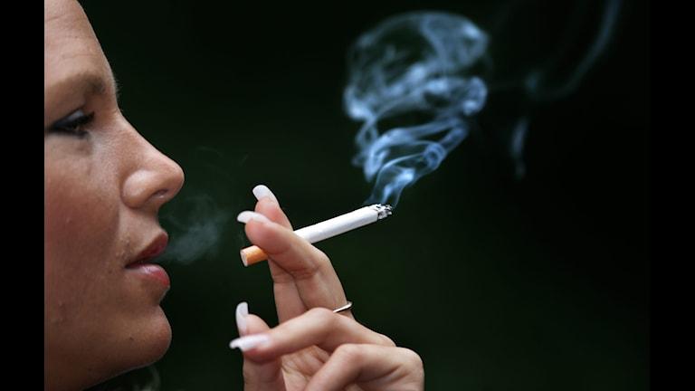 Woman smoking. Photo: Fredrik Sandberg/TT.