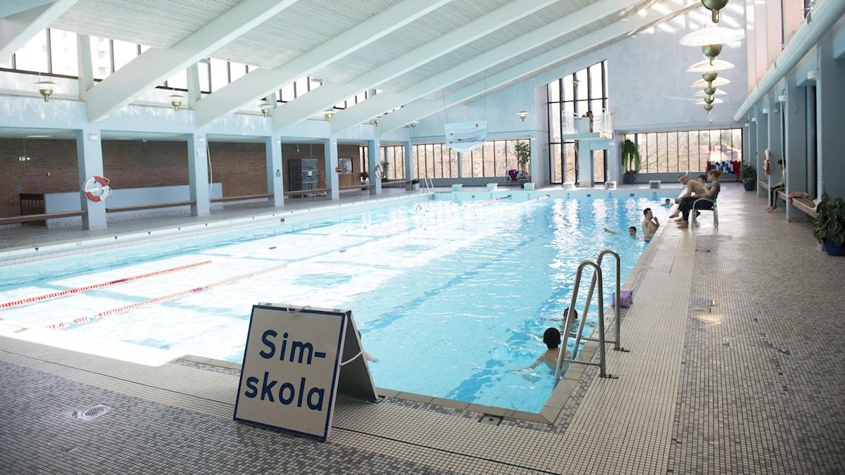 An empty indoor pool.