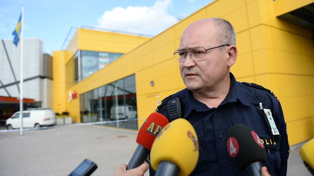 Police spokesman Per Strömbäck speaks to the media outside the store in Västerås. Photo: Fredrik Sandberg / TT.