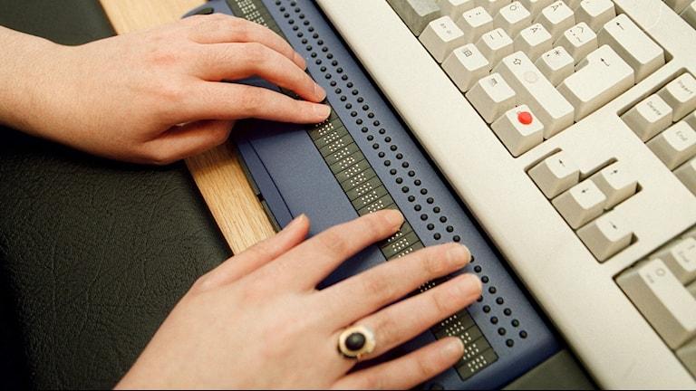 Koshe Mahmod in Gothenburg with a special brailie keyboard in 2001, Photo: Roger Lundsten/BLR-Fotograferna/SCANPIX