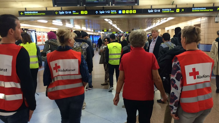 The Red Cross helping refugees at Stockholm Central Station. Photo: Ulla Engberg/SR