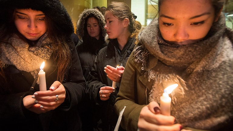 People attend a vigil in Montreal after the terrorist attacks in Paris on Friday night killed at least 120 people. Photo: Graham Hughes/The Canadian Press via AP / TT