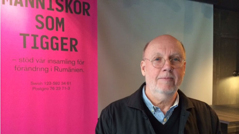 Per Eriksson, CEO of City in Partnership in front of a campaign sign. Photo: Ulla engberg/SR