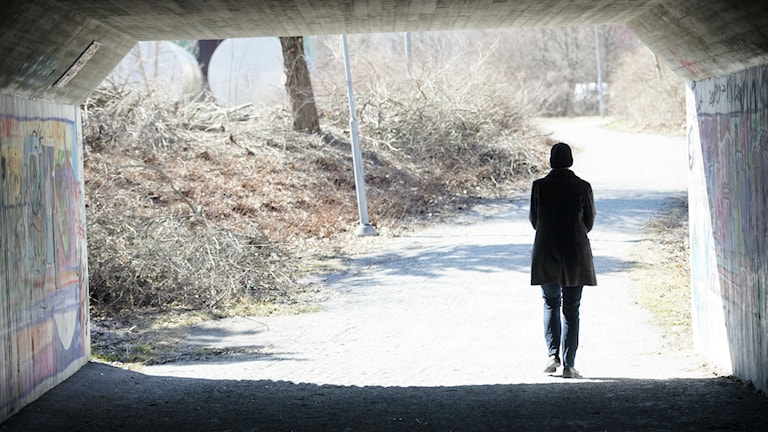 A woman, not the one mentioned in the story, walks alone in Sweden. Photo: Fredrik Sandberg / TT.