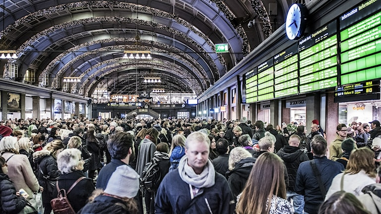 Stranded passengers at Stockholm's central station on Friday evening. Photo: Tomas Oneborg / SvD / TT.