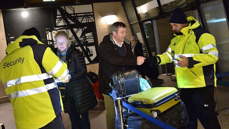 Staff checks ID of passengers at Denmark's Kastrup Airport Monday morning. Photo: Johan Nilsson / TT.