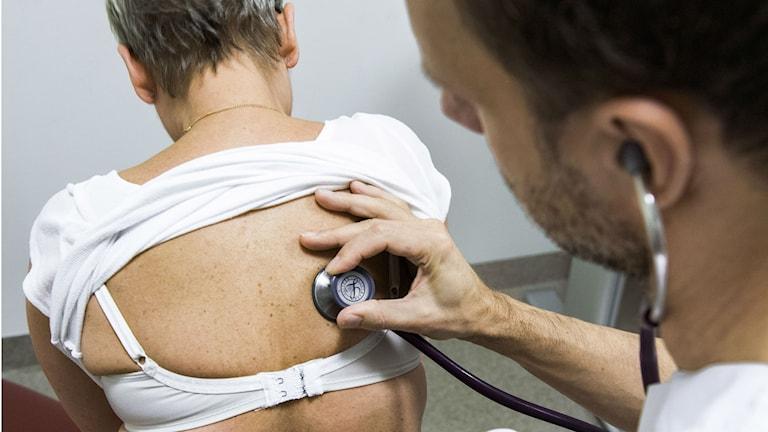 Doktor undersöker kvinna. Foto: Claudio Bresciani / TT