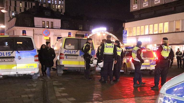 Полиция у здания Центрального вокзала в Стокгольме в пятницу вечером, на момент беспорядков вызванных неонацистами. Фото: Stefan Reinerdahl / TT.
