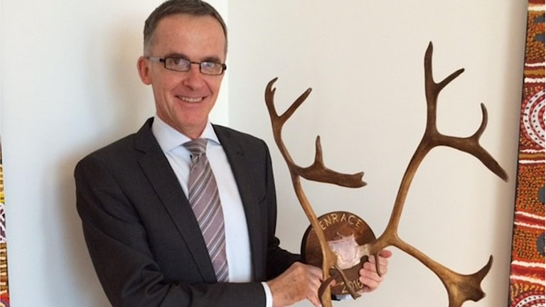 Ambassador Gerald Thomson with the trophy he won at the 2016 reindeer race in Jokkmokk. Photo: Ulla Engberg/SR