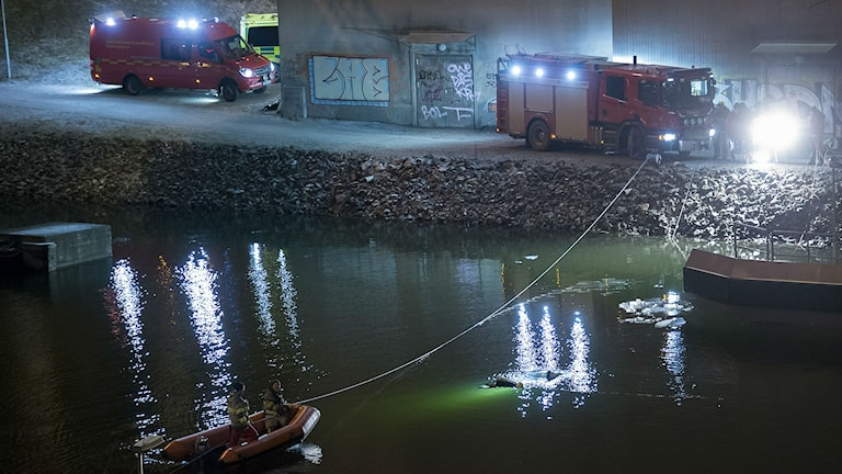 Divers search the crash site early Saturday where the members of Viola Beach and their manager died. Photo: Johan Nilsson / TT.