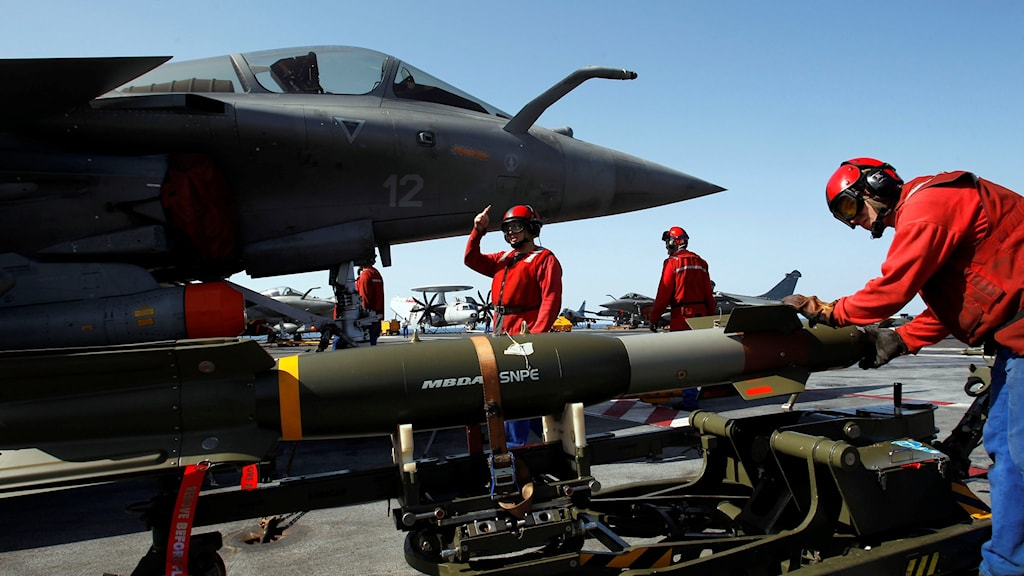 A laser guided bomb being mounted on a French fighter jet before a mission over Libya in 2011. Photo: Cristophe Ena/TT