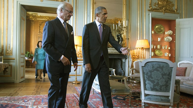 U.S. President Barack Obama, right, walks with Swedish King Carl XVI Gustaf during his September 2013 visit to Stockholm. Photo: Pablo Martinez Monsivais / AP.