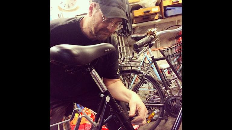 Jens Hindersson runs a bicycle repair shop in Stockholm. Photo: Brett Ascarelli / Radio Sweden