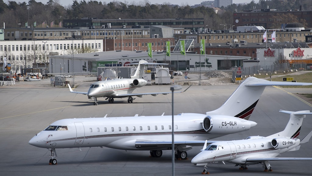 A picture of jet planes on a tarmac.