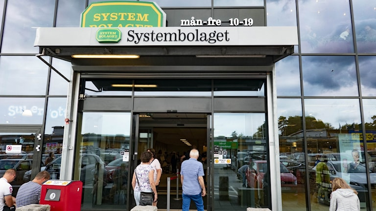 People walking into a Systembolaget