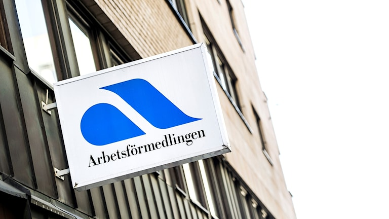 a sign reading Arbetsförmedlingen sticks out from a building