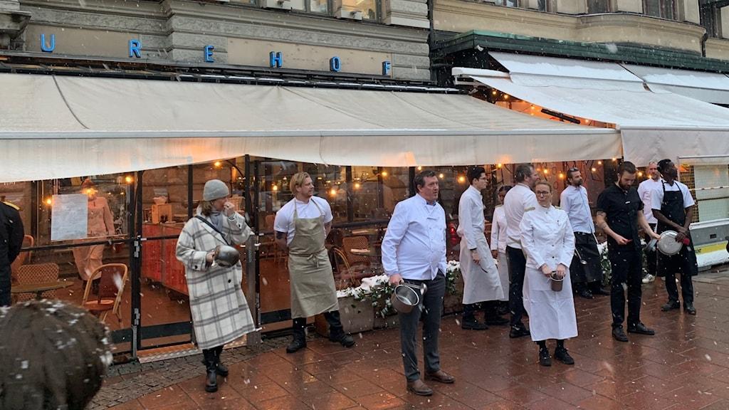 Vid tretiden på torsdagen samlades krögare vid Stureplan i centrala Stockholm i en protest.