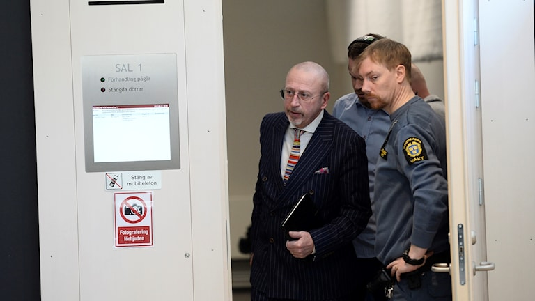 The lawyer of Kaj Linna, Thomas Magnusson, entering the court room.