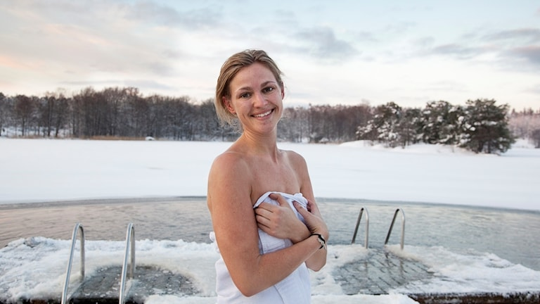 A woman enjoys a dip in the isvak at Hellsgården.
