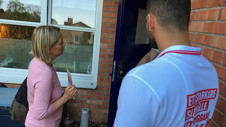 Swedish politicians turn to door-knocking to boost votes - Radio Sweden