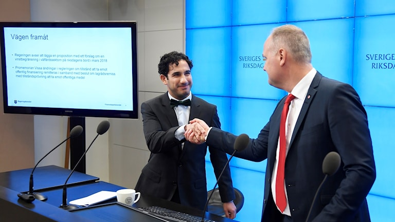 Jonas Sjöstedt (right) and the Civil Affairs Minister Ardalan Shekarabi, announce a 7 percent profit ceiling on operating profit for companies working in the schools and care sectors.