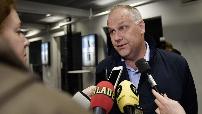 Left Party leader Jonas Sjöstedt tells reporters he is stepping down.