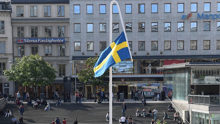 The flag has been erected in the centre of Sergels Torg.