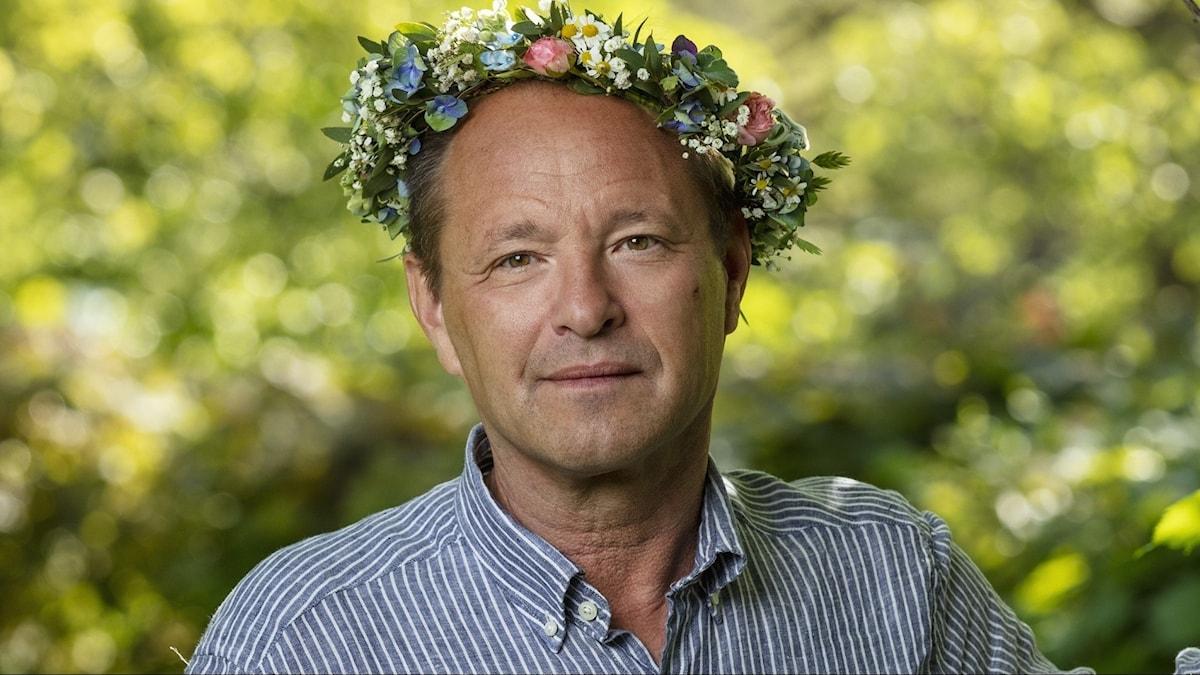 Björn Olsen, överläkare, har blomsterkrans i håret.