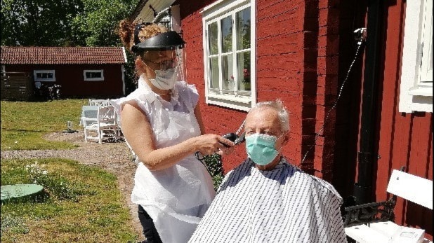Radio Sweden Weekly: Drop in covid cases despite laxer attitude, Corona-safe visits for the elderly, hairdressers as a risk group