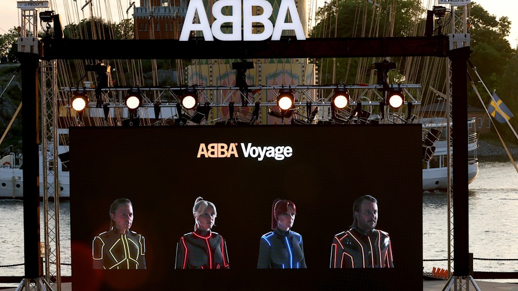 Picture of a stage with Abba avatars on a screen.