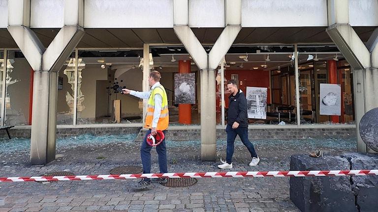Krossade rutor i stadshuset i Landskrona efter explosionen. Foto. Andreas Irebring/Sveriges Radio.