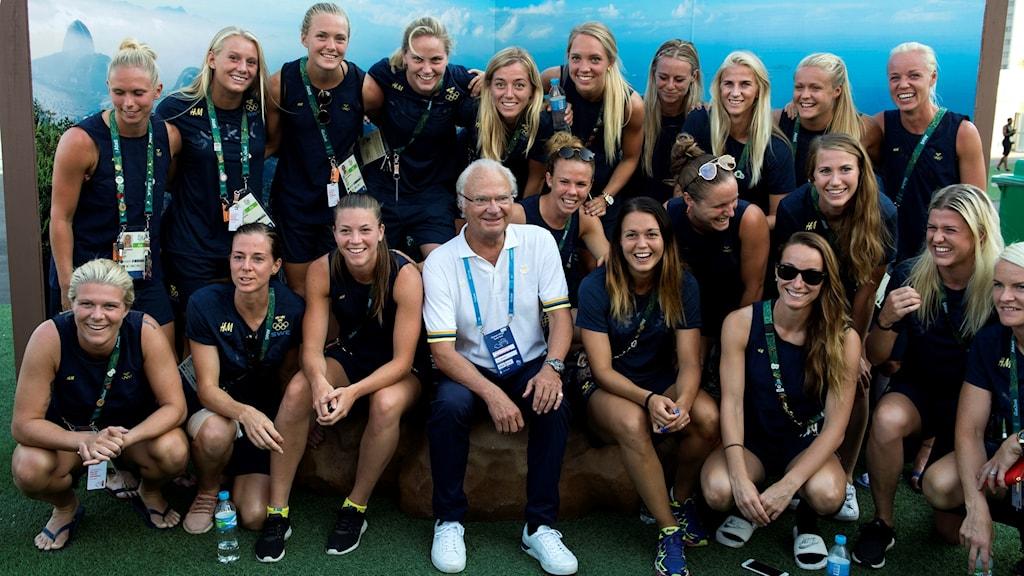 The Swedish women's national football team in Rio, joined here by King Carl XVI Gustaf. Photo: Tobias Röstlund/TT