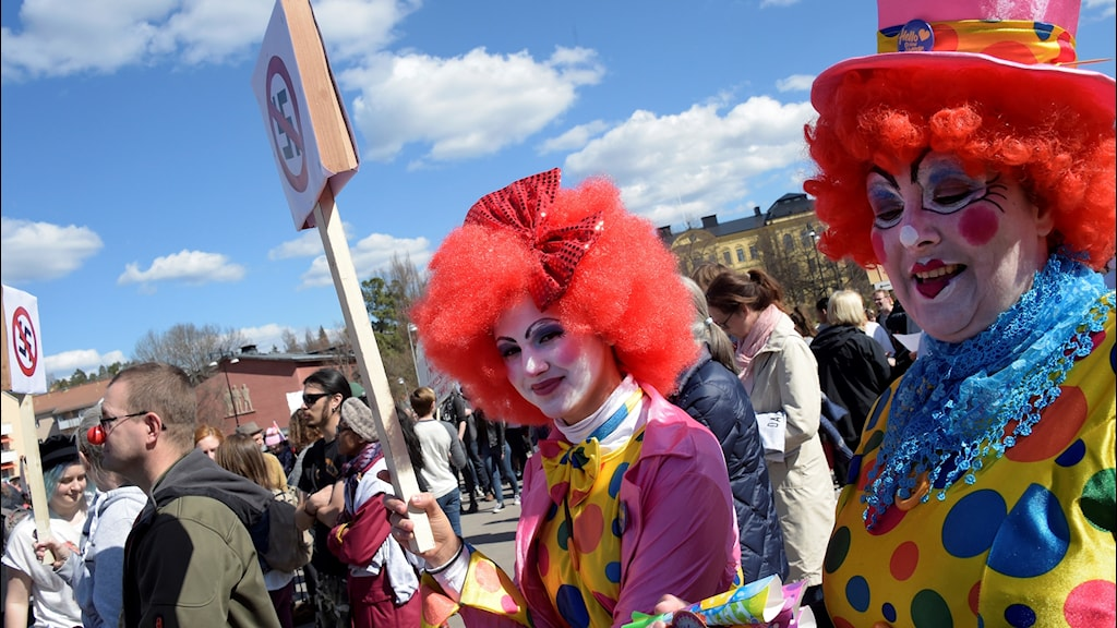 Clowns in Falun demonstrate against Nazis on Monday.