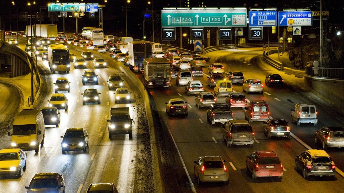 Biltrafik på Essingeleden i Stockholm