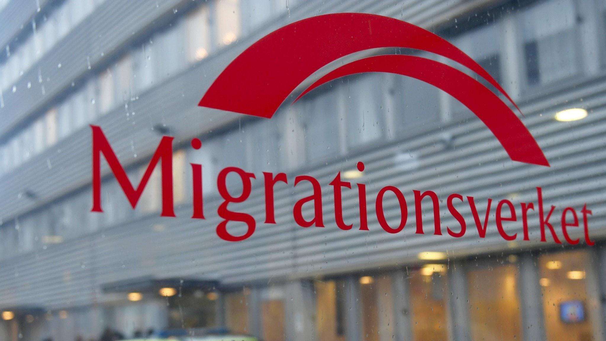 "The word ""migrationsverket"" on a glass window."