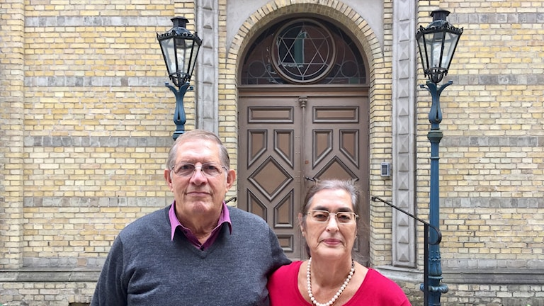 David and Eva Sheingold, outside the Gothenburg Synagogue