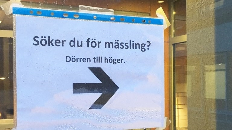 A Swedish sign directing patients who suspect they might have measles