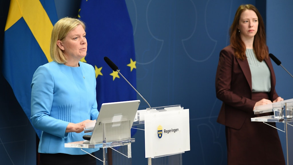 Two women at a press conference (Magdalena Andersson and Åsa Lindhagen)