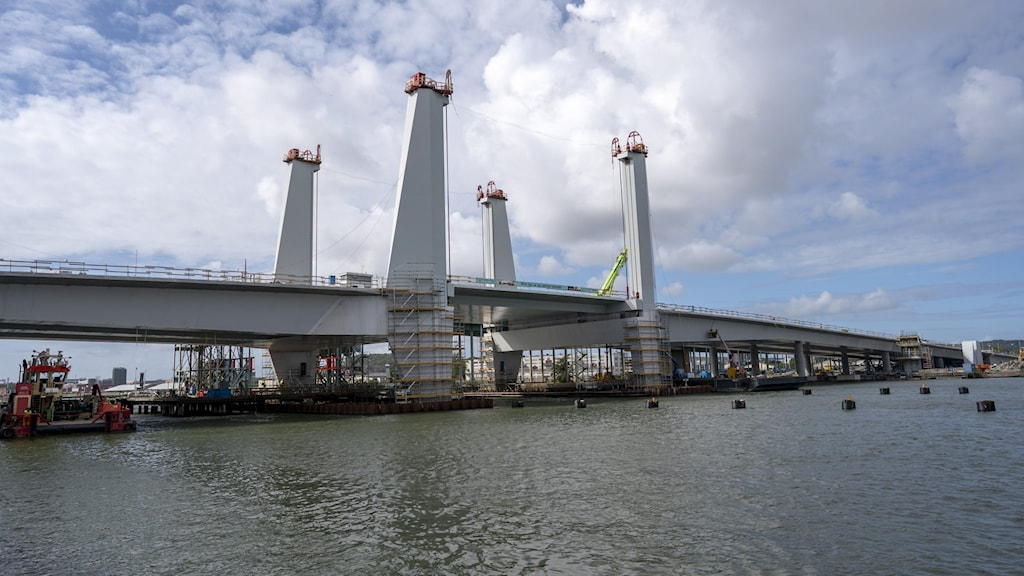 An image of the Hisingsbron bridge while it was being constructed.