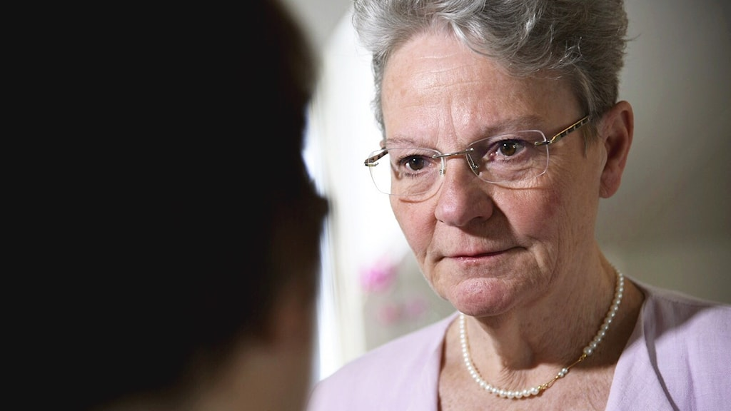 An older woman with glasses.